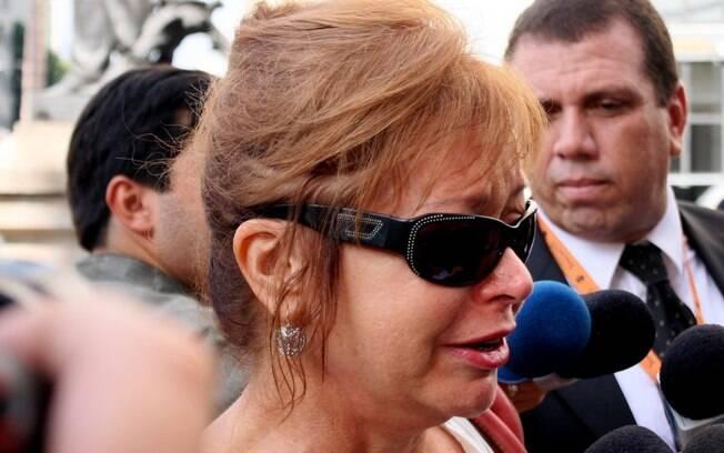 Alcione, mãe de Bruno Mazzeo e ex-mulher de Chico Anysio, chega emocionada ao velório do humorista: