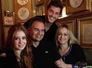 Marina com os pais e o namorado, Klebber Toledo