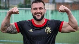 Ex-BBB Arthur Picoli estreia com gol e vitória no Fut7 do Flamengo