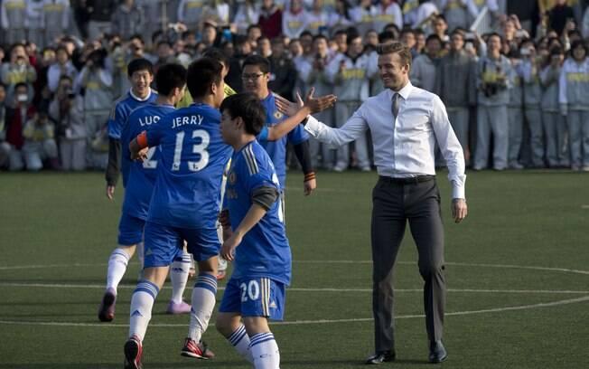 David Beckham entrou em campo de roupa social  e sapato para jogar com os adolescentes