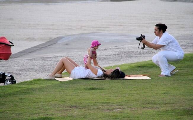 Fernanda Pontes e Maria Luiza são fotografadas pela babá