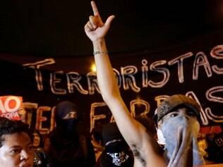 SP - PROTESTO CONTRA COPA DO MUNDO - GERAL - Protesto contra a Copa do Mundo em São Paulo (SP), nesta quinta-feira (13). Concentração ocorreu no Largo da Batata, no Bairro de Pinheiro. 13/03/2014 - Foto: GABRIELA BILÓ/FUTURA PRESS/FUTURA PRESS/ESTADÃO CONTEÚDO