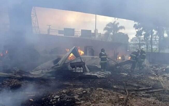 Incêndio atingiu barracos embaixo da Ponte do Jaguaré, em São Paulo