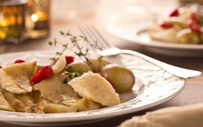 Foto da receita Bacalhau assado com batatas, tomate e vinho pronta.