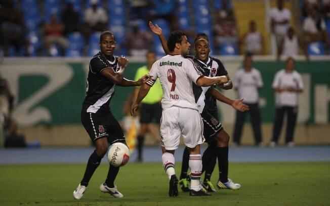 Dedé se preocupa em marcar Fred durante a  disputa por uma vaga na final da Taça Guanabara