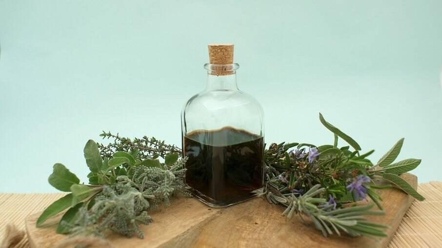 Os óleos essenciais são encontrados em cascas, caules, sementes, flores e raízes