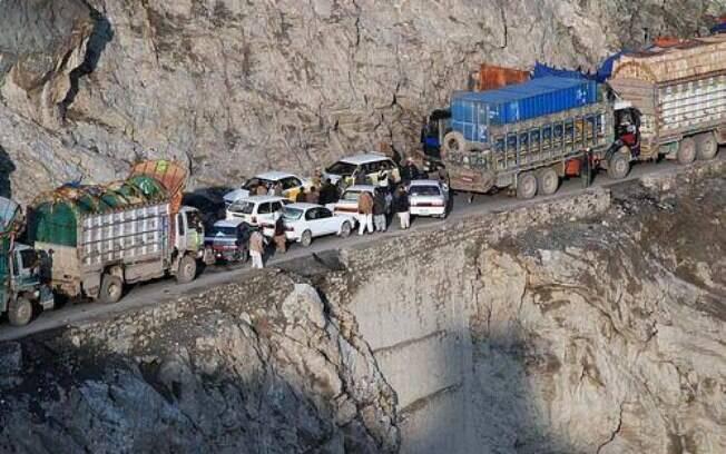 Tem algo de muito errado quando o maior perigo de uma estrada em zona de conflito são os motoristas excessivamente agressivos.
