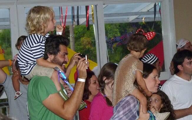 Thiago Lacerda e Vanessa Lóes com os filhos Gael e Cora