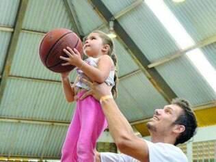 Estrelas.   Jogadores do NBB fazem ação social com crianças carentes