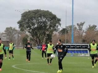 Jogadores do Galo batem bola em um dos campos do centro de treinamentos da Argentina, neste domingo
