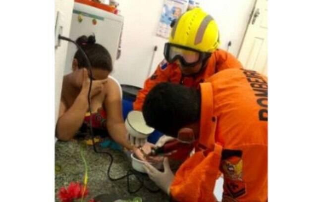 Por conta do inchaço, grávida fica com anel preso no dedo e precisa da ajuda de quatro bombeiros para tirar o acessório