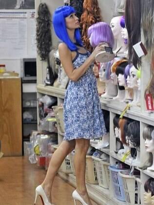 Paris Hilton testa perucas em uma loja de acessórios para o cabelo em Los Angeles