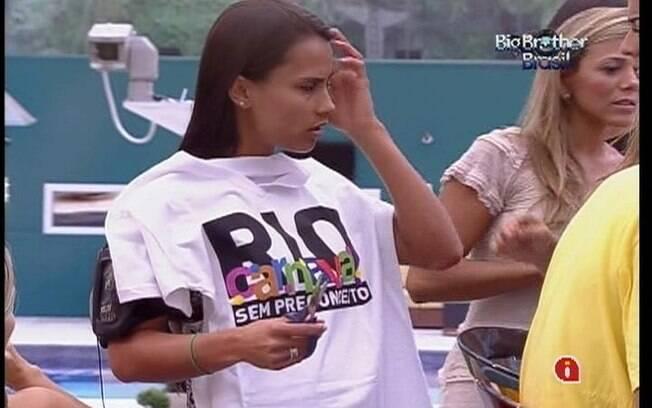 Kelly levanta a camiseta Rio Carnaval Sem Preconceito