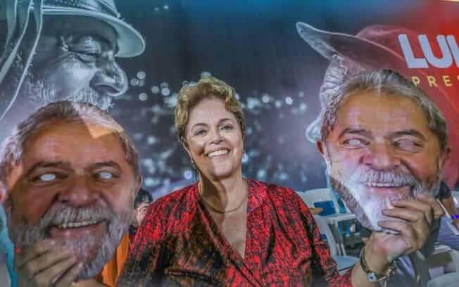 Ex-presidente Dilma Rousseff terminou seu discurso como candidata ao Senado entoando os gritos de