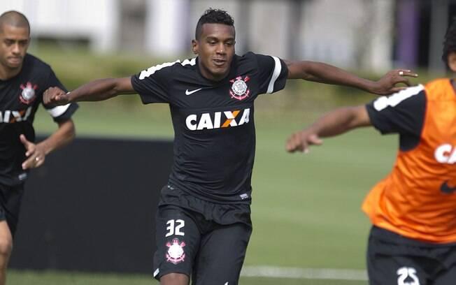 Edenílson em ação no treino do Corinthians