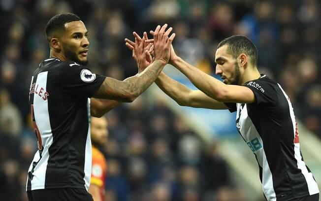 Jogadores do Newcastle estão proibidos de se cumprimentar com as mãos