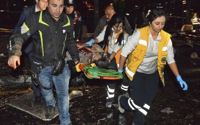 Equipe socorre ferido em atentado com carro-bomba em Ancara, na Turquia
