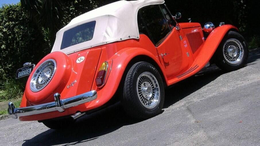 Traseira também seguia o padrão adotado no clássico MG TF inglês de meados dos anos 50