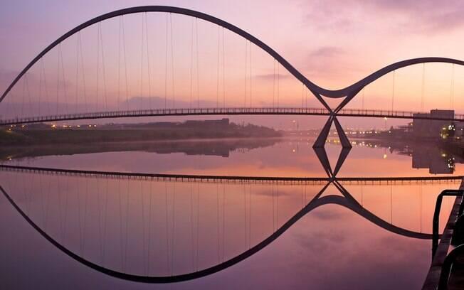 Com o reflexo nas águas do rio, a Ponte do Infinito forma o símbolo do infinito, sendo outra das pontes famosas