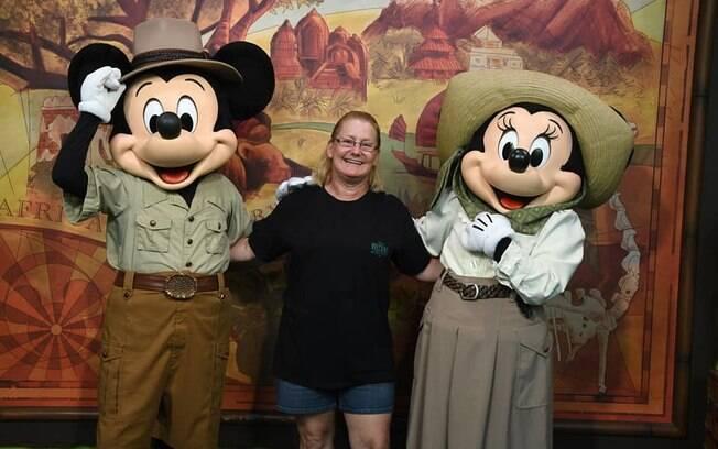 Ellen McMillon ao lado do Mickey e da Minnie em uma das inúmeras fotos na Disney postada em seu Facebook