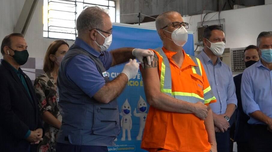 Durante evento 26 trabalhadores portuários foram vacinados. A vacinação para os demais começa dia 1º de junho