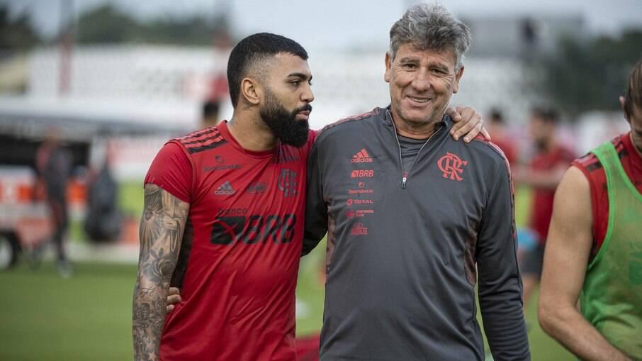Renato Gaúcho brinca com Gabigol e dá 'patada'