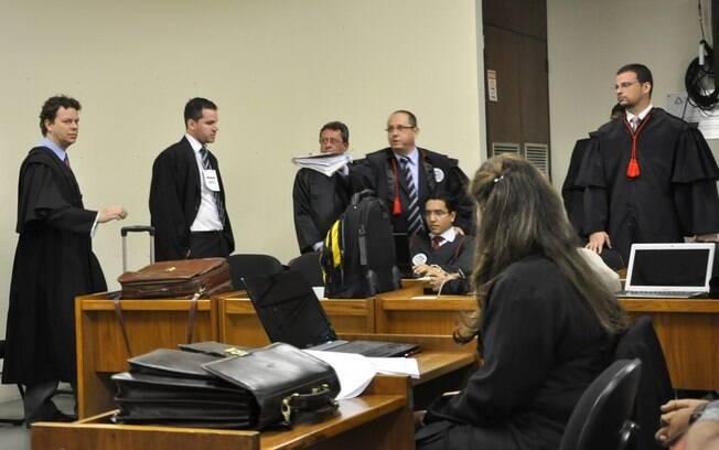 Bancada de defensores já estão em plenário para o júri do Bola, nesta segunda (22)