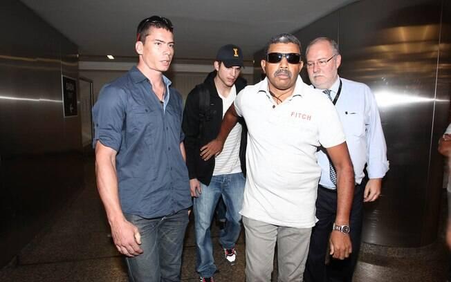Ashton Kutcher desembarca em São Paulo acompanhado de seguranças: tumulto