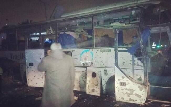 Bomba explode, atinge ônibus e mata dois turistas, no Egito