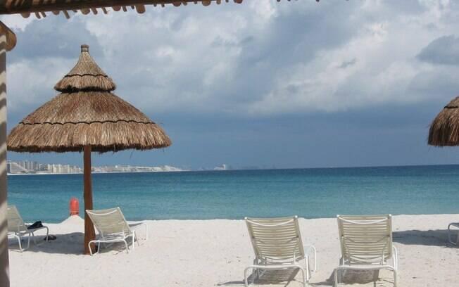 Areias brancas e mar calmo e transparentes são característicos de Cancún