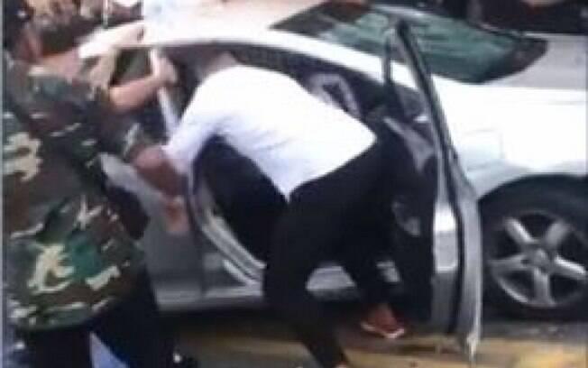 Jovem foi agredido e teve o carro depredado na saída de uma festa, em Volta Redonda.