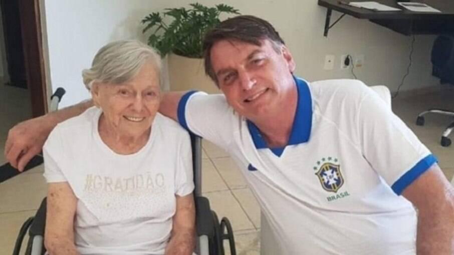 Mãe de Bolsonaro recebe a segunda dose da CoronaVac