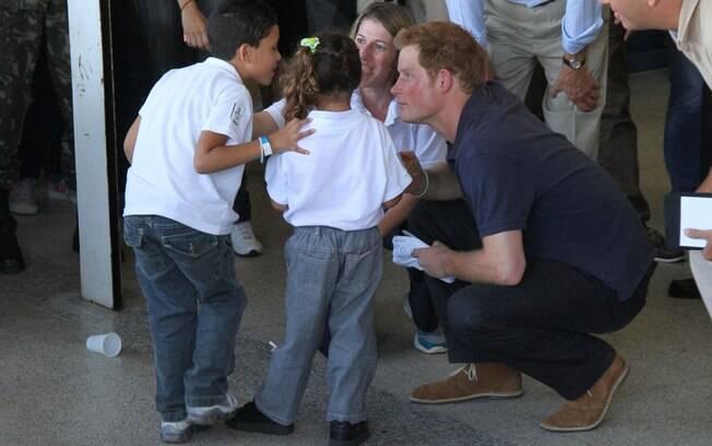 Príncipe Harry dá atenção a garotinhos do Complexo do Alemão