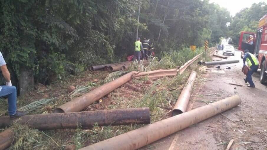 Carga se desprendeu de um caminhão que carregava tubos de água