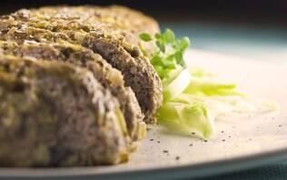 Bolo de carne com batatas, cebolas e erva-doce