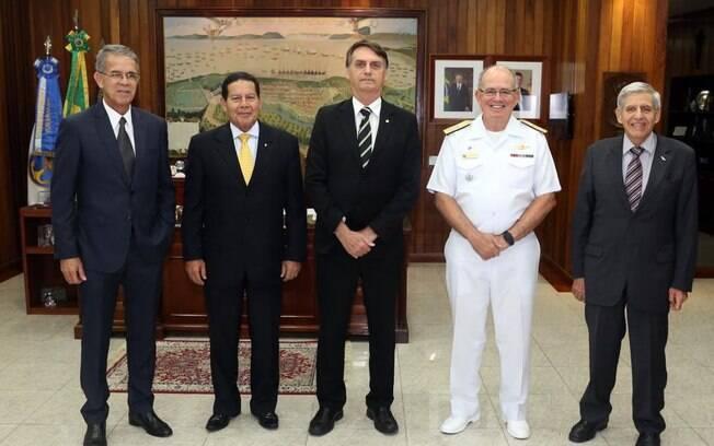 Na véspera, Bolsonaro visitou a Marinha acompanhado de seu vice, general Hamilton Mourão, e de seu futuro ministro do GSI, general Augusto Heleno