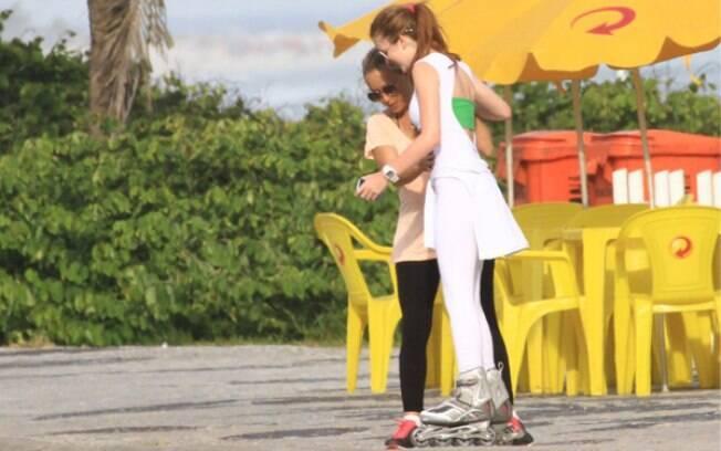 Marina Ruy Barbosa tem a ajuda da mãe para descer da calçada