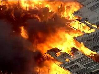 Incêndio consome favela na zona leste
