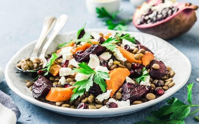 A salada quente é uma opção para manter a alimentação saudável em dias frios sem cair no óbvio