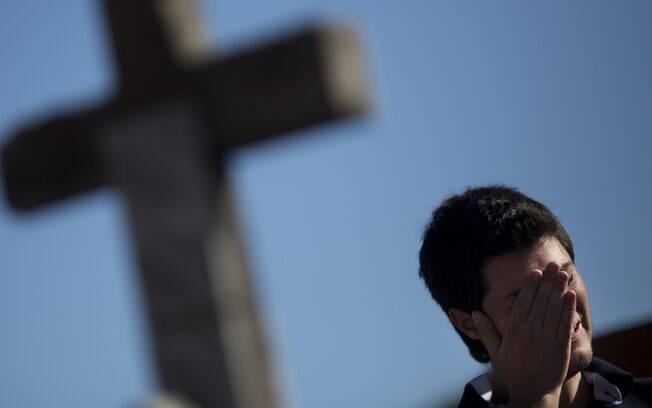 Homem chora durante enterro de Vinicius Rosado, que morreu em incêndio em casa noturna em Santa Maria, Rio Grande do Sul