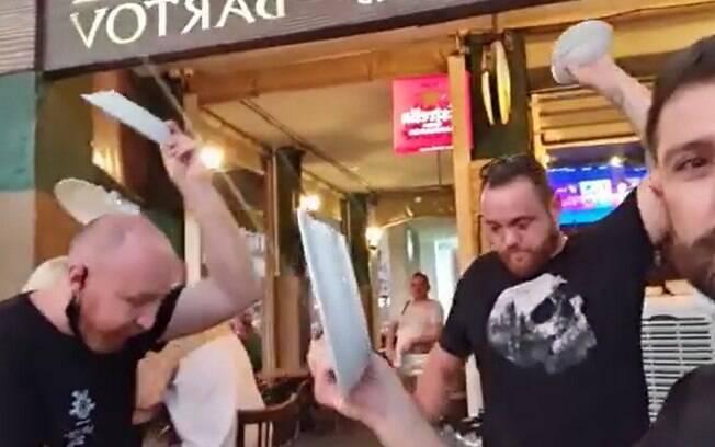 Dono de restaurante e funcionários do estabelecimento protestaram contra medidas do governo israelense.