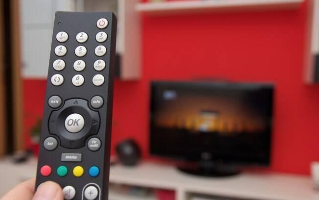 controle remoto em frente a tv