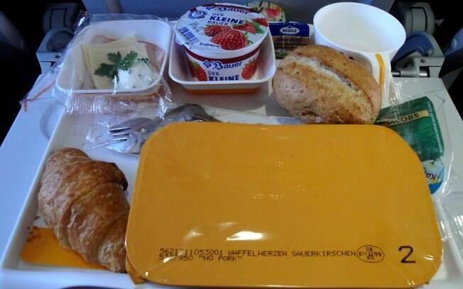 Em muitos voos, sobra comida e dá para repetir