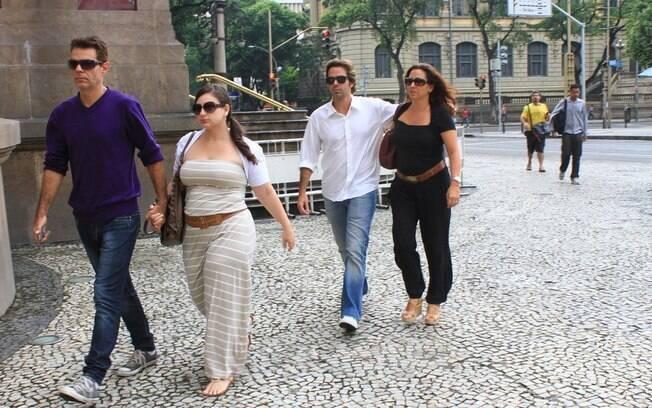 Os filhos de Chico Anysio Nizo Neto e Bruno Mazzeo, com a ex-mulher renata Castro, chegam ao velório do pai