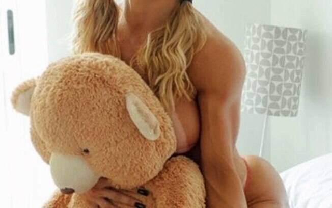 Lu Hoppers posa sensual com seu ursinho Ted no Dia dos Namorados. Foto: Divulgação