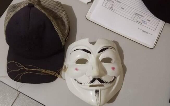 Máscara de um dos adolescentes que invadiu a escola