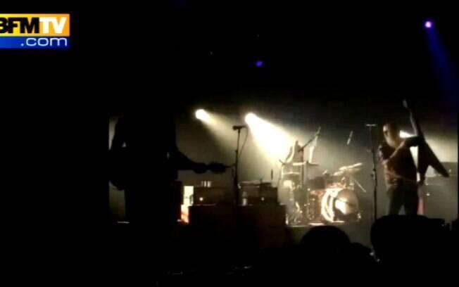 Banda interrompe  apresentação quando percebe o barulho de disparos na casa noturna Bataclan, em Paris, no ataque mais mortal do grupo. Foto: Reprodução/BFM TV