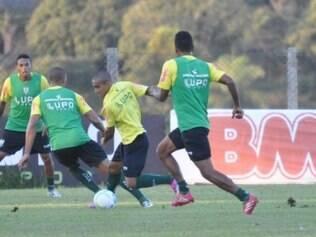O atacante Bruninho (centro) que poderá fazer sua estreia com a camisa do Coelho amanhã à noite