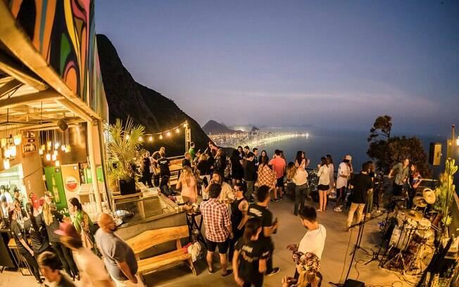O Bar da Laje fica no morro do Vidigal e tem uma vista panorâmica da cidade