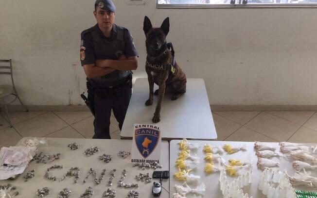 Soldado Eduardo e o cão Set com o material encontrado durante operação na favela Alba, região sul de São Paulo